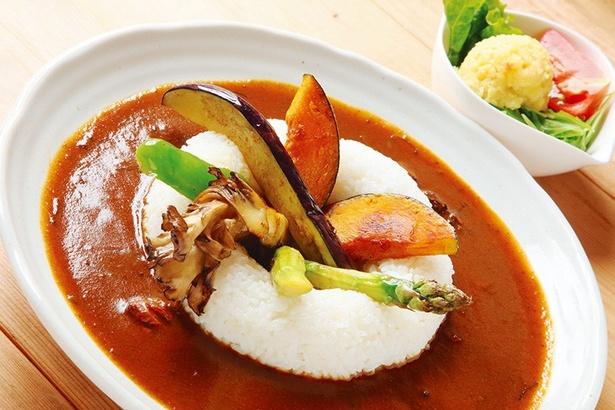 「新鮮野菜カレー」(1200円) 美瑛産の野菜をオリーブオイルでソテーした人気メニュー