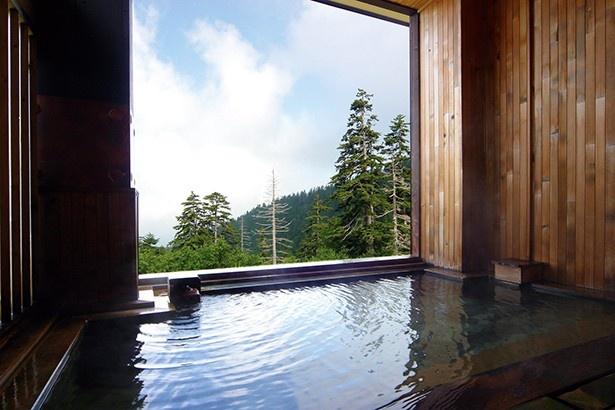 露天風呂からは、眼下に広がる上富良野の大自然を堪能できる