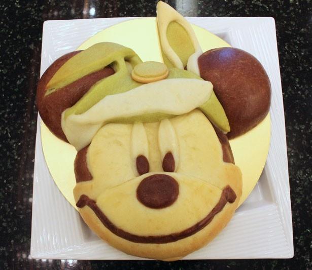 """ミッキーマウスをモチーフにした「""""ディズニー・イースター""""スペシャルブレッド」(670円)。手作りのため、表情が少しずつ異なるという"""