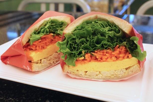 【写真を見る】野菜をたっぷりサンドして色鮮やかに仕上げた「たっぷり野菜とスパイシーチキンのサンドイッチ」