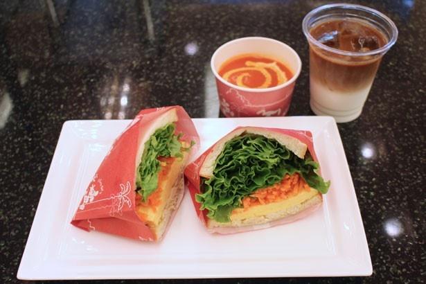 """「ディズニー・イースター""""スペシャルセット""""」(1550円)。「赤ピーマンとじゃがいものスープ」は混ぜるとよりまろやかな味わいに"""