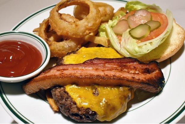 プライムビーフ100% クラシックバーガーに、チーズと厚切りベーコンをトッピングした「ニューヨークスタイル ベーコン&チーズバーガー」 (1900円)