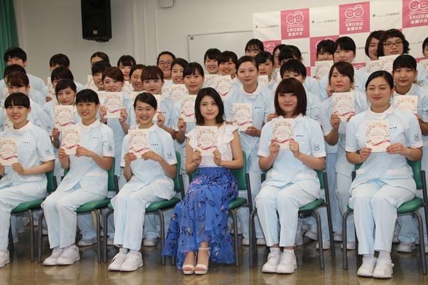 【写真を見る】フォトセッションでは看護学生たちから川島へ大歓声が