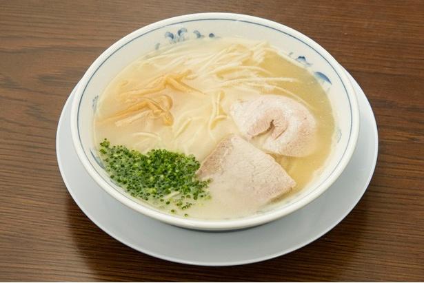 ラーメン(¥600)。一口目はあっさりとした印象。食べ進めるごとに旨味が押し寄せる