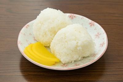 おにぎり(1個¥50)。有機米を使うシンプルな塩おにぎり。ラーメンのスープと合う