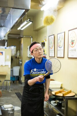 高く麺を投げ上げ湯切り。この巧みの技でも有名な店だ