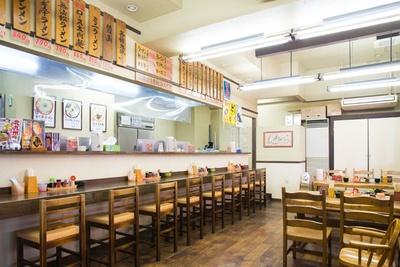 大将の麺上げが見られるカウンターが特等席