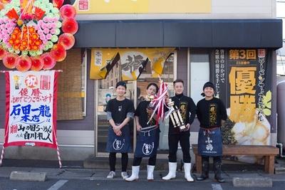 2017年開催の「北九州ラーメン王座決定戦」優勝のトロフィーを手に