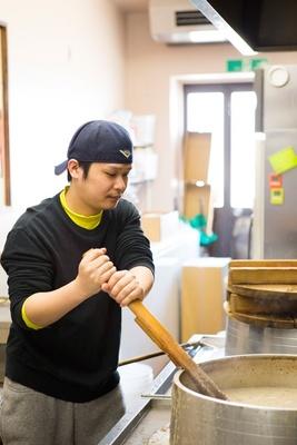 店主の村上優弥さん。濃厚かつ女性も食べやすい豚骨ラーメンを目指す