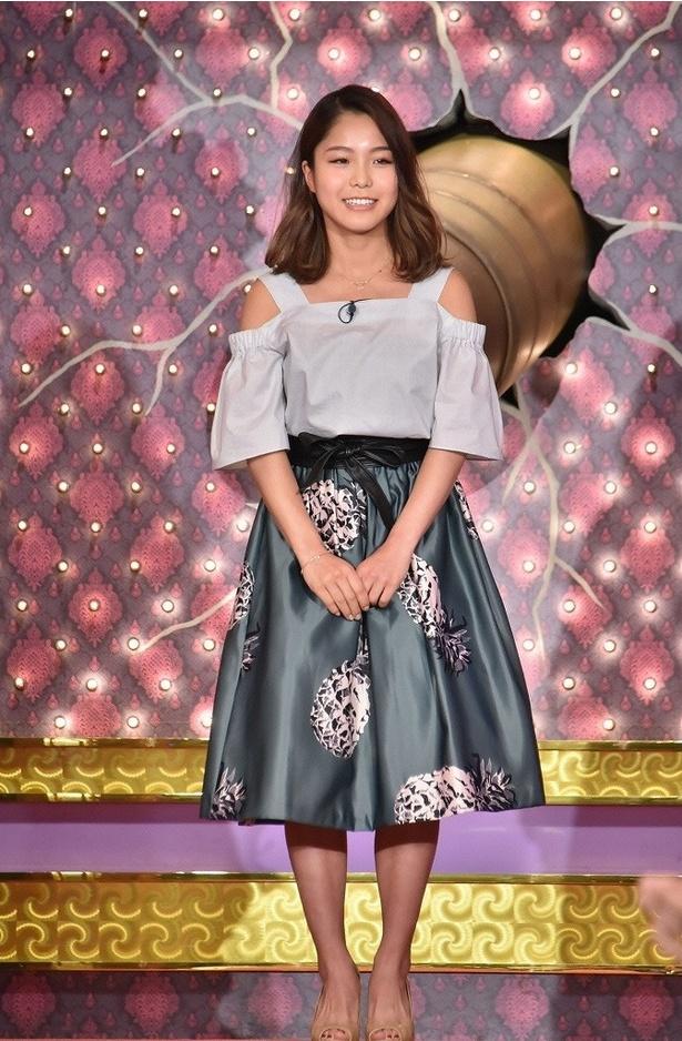 【写真を見る】高梨は肩出しのトップス&初夏らしいスカートのコーディネートで大人っぽく!