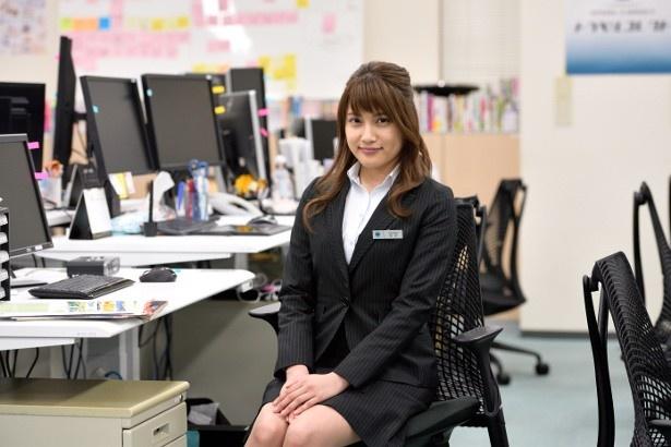 【写真を見る】旅行会社の新入社員を演じる入山がオフィスでスーツ姿を披露!