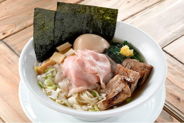特製淡炊錦爽鶏だしそば(1000円)。スープは錦爽鶏の丸鶏、ガラ、モミジから抽出した清湯スープ