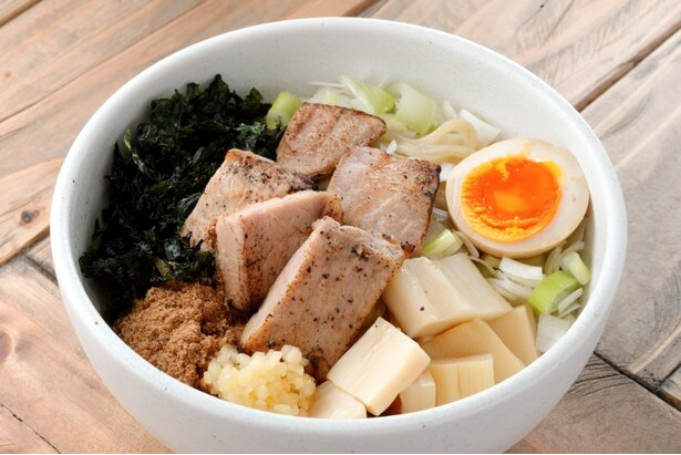 炙り肉錦爽鶏だしまぜそば(850円)。麺は並盛りで235gありボリューム満点!