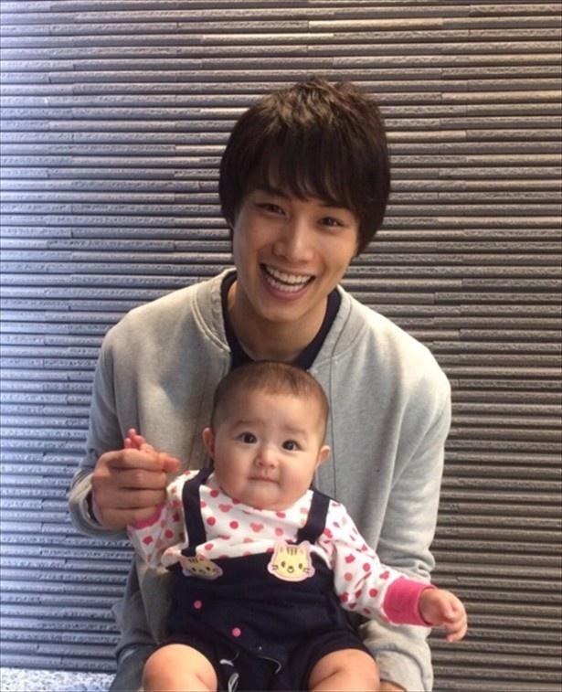 【画像を見る】優しい「伸之パパ」に赤ちゃんもニッコリ!