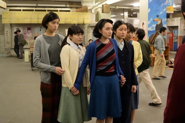 上野駅で怪しい男たちに声をかけられる乙女たち