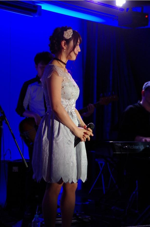 【写真を見る】神咲詩織は膝丈の白いワンピースドレス姿で爽やかに登場