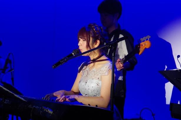 高い歌唱力だけでなくピアノ演奏でも観客を魅了する!