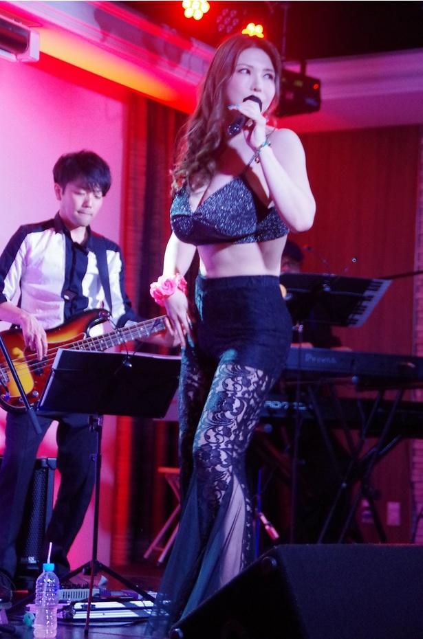1曲目「CAT WALK」(オリジナル)ではセクシーな衣装で激しくダンス!