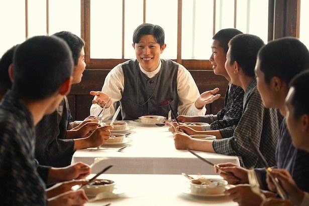生徒たちと食卓を囲む賢治