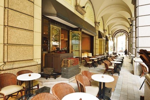 コリドールと呼ばれる華麗な回廊に並ぶテラス席。レトロな町並みを眺めながらくつろげる/カフェラ 大丸神戸店