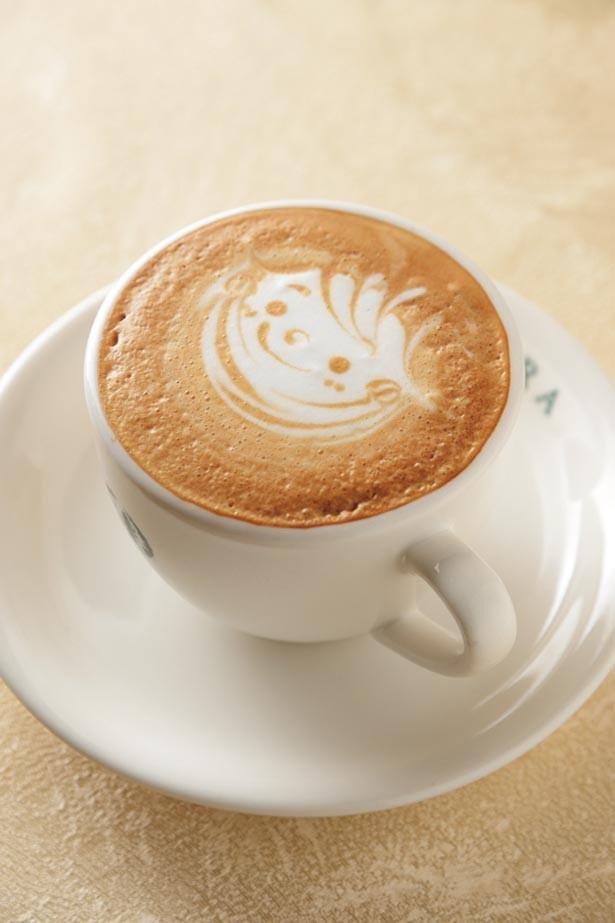 「カフェ・カプチーノ」(640円)。コーヒーのほろ苦さとミルクの甘味が絶妙なバランス。多彩な表情が楽しいラテアートも評判だ/カフェラ 大丸神戸店