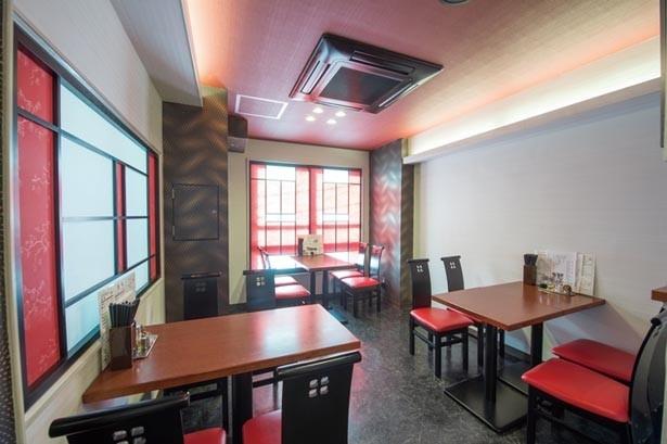 1階はオープンキッチンのカウンター席、2階と3階にはテーブル席もあり、ゆったりと料理が楽しめる/劉家荘