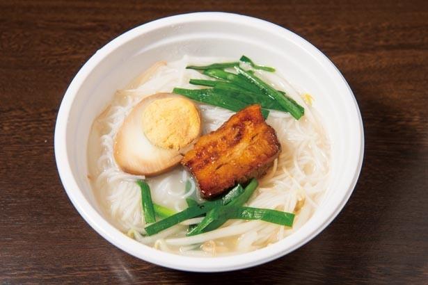 「角煮白湯ビーフン」(400)円。汁ビーフンのスープは白湯または担々、トッピングも角煮や牛スジなど自由にカスタマイズ可能/チャイニーズ バール ユンユン
