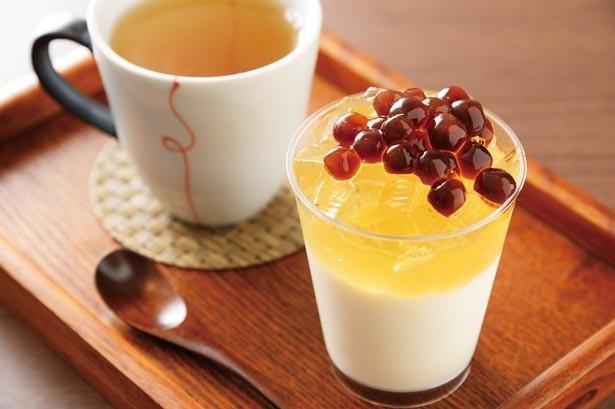 「デザートセット」(700円)。杏仁豆腐の上にレモン風味の愛玉ゼリーとタピオカを。お茶は8種から選択/天福茗茶