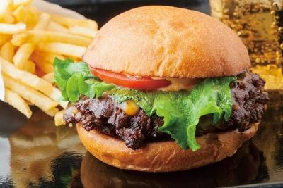 【写真を見る】有名焼肉店がプロデュースする肉のおいしさ抜群バーガー