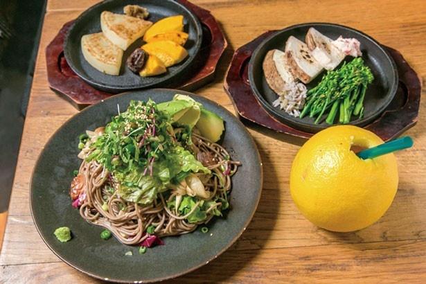 アボカド焼き蕎麦(850円)をはじめ、野菜をふんだんに使った料理が充実