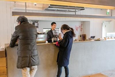 店内にはエスプレッソバーを併設。本格的なコーヒーを楽しめる