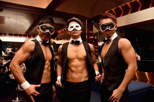 【写真を見る】パフォーマーとして仮面を付けたマッチョ軍団が登場