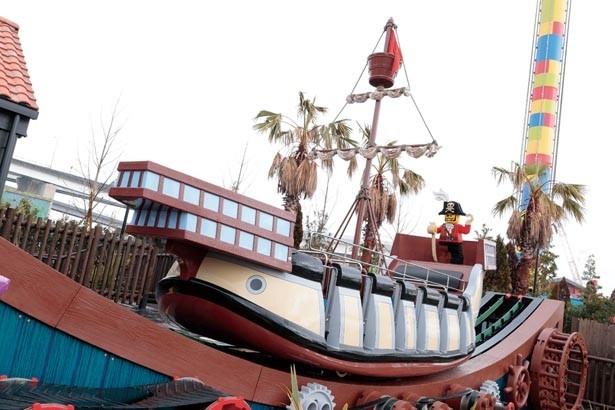 海賊船が回転しながら、前後に激しく動くミニバイキング。見た目以上に速くてスリルがある/レゴランド®・ジャパン