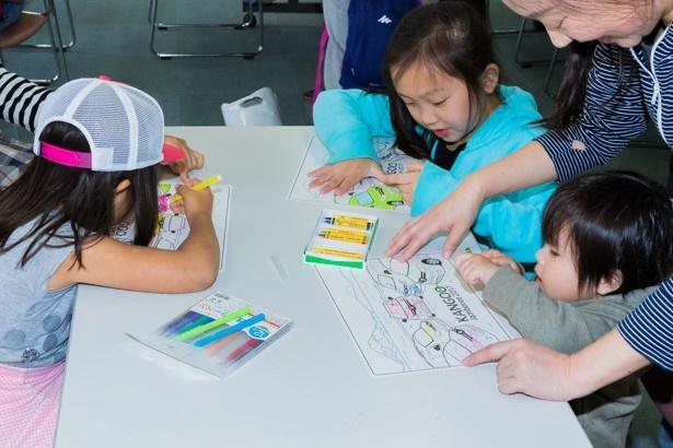 塗り絵を楽しむ子どもたち