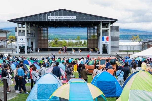 ステージの前には、参加者が日よけ用のテントを設置