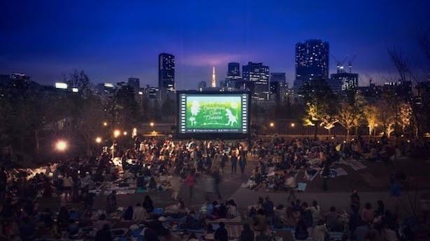東京タワーやオフィスビルの美しい夜景と一緒に映画を楽しもう!