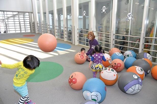 「床が傾斜しているので、投げたボールが転がってきます。ボールはふわふわで柔らかい。幼児でも安心です」