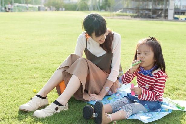芝生の上にシートを敷いて休憩。「シャボン玉などの簡単に遊べるアイテムを持ってきておけば、飽きずに遊べますよ」