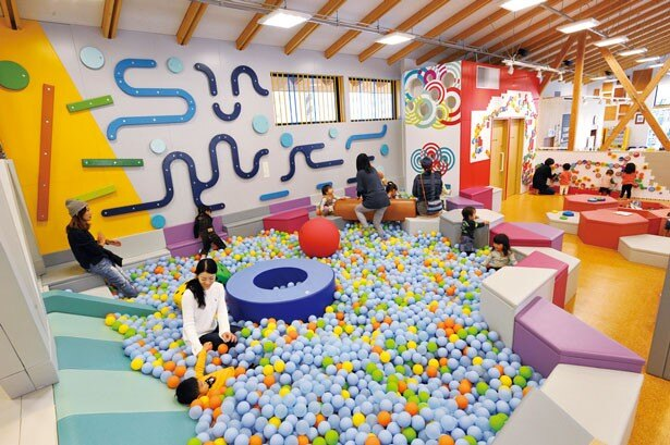 屋内にはカラーボールが敷き詰められたボールプールなど、多彩な遊具が満喫できる