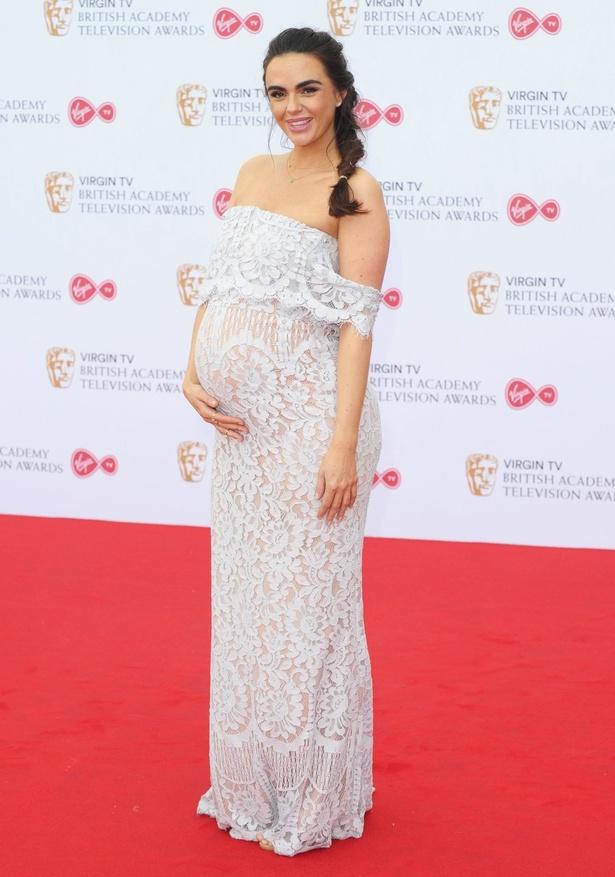 【写真を見る】「美しい!」と絶賛されている妊娠中のジェニファー・メトカルフェ全身ショット