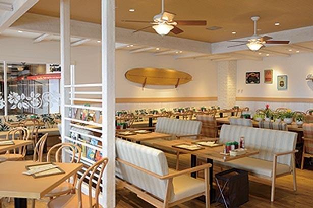 木のぬくもりを感じる店内。サーフボードがディスプレーされるなどハワイ気分満点/Eggs'n Things 神戸ハーバーランド店