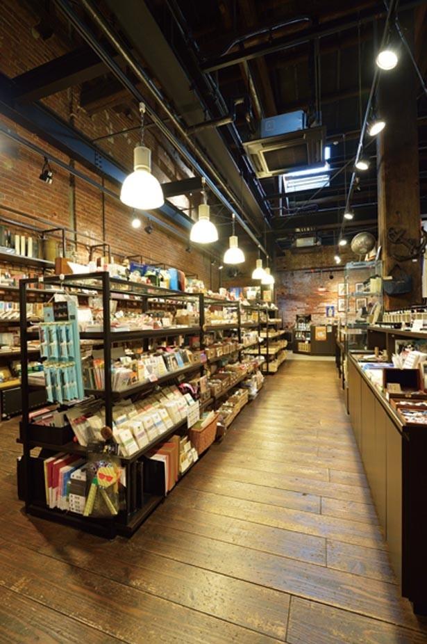 かわいらしい手帳や、ペンケースなどが数多く並ぶ/NAGASAWA 神戸煉瓦倉庫店