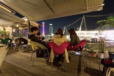 夜には神戸海洋博物館や神戸ポートタワーがライトアップされ、最高のロケーションを演出/REAL DINING CAFE