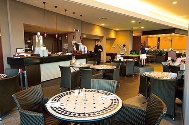 カジュアルな雰囲気で、開放的な広々とした空間。定番のリブは豪快に手づかみで味わおう/トニーローマ 神戸ハーバーランド店