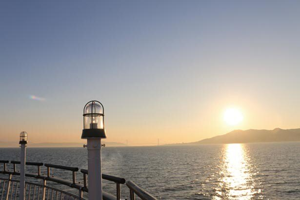 明石海峡大橋が夕日に浮かび上がる/神戸船の旅 コンチェルト