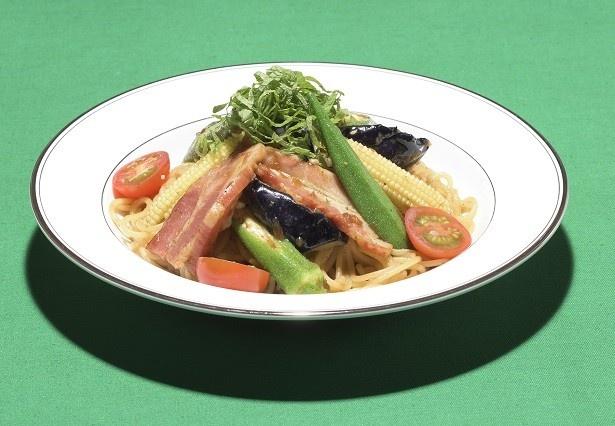 【写真を見る】「イベリコ豚のベーコンと夏野菜の和風パスタ~大葉の香り~」(1100円)