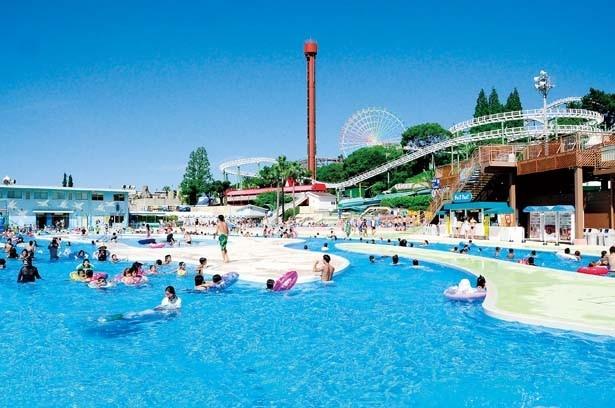 【ドンブラー】噴水も設置されている全長210mの流水プール。中央には浅めのプールもあり、親子で遊ぶのにぴったり/ひらかたパーク「THE BOON」