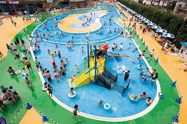 「わんぱくプール」は、滑り台や噴水など楽しい仕かけがいっぱいのキッズ向けプール。遊具は小学6年生以下専用/ひらかたパーク「THE BOON」