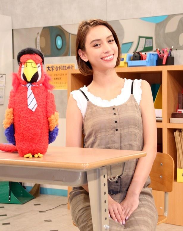 NHK高校講座で生徒として国語の基礎を学んでいる滝沢カレン