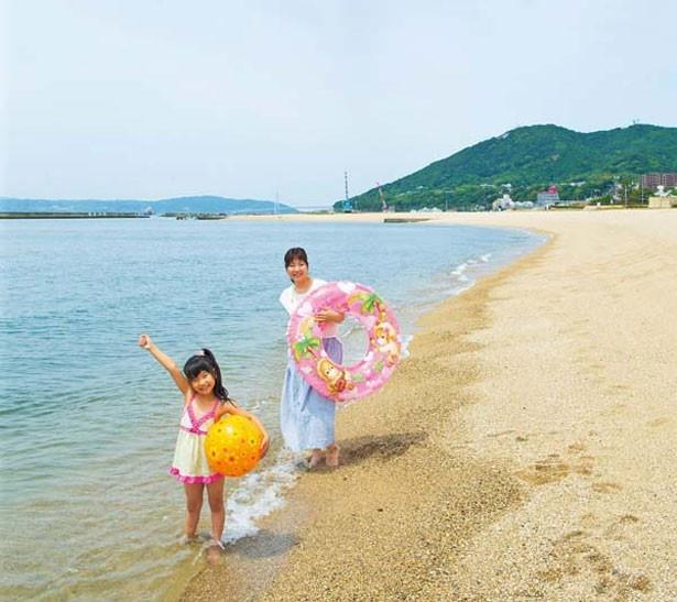 ビーチボールや浮き輪などがあば、よりアクティブに遊ぶことができる。レンタルもあるので利用しよう/須磨海水浴場